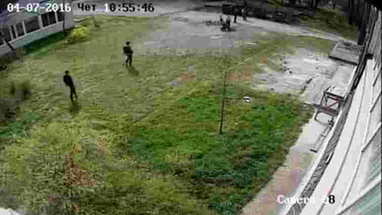 У Львові молода жінка із палицею з цвяхами напала на бабусю з онучкою