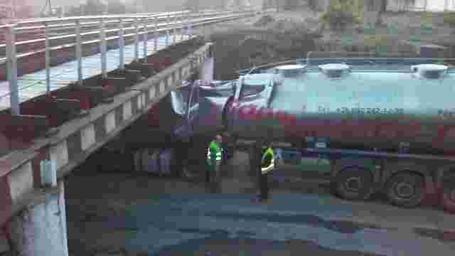 Вантажівка з цистерною застрягла під мостом у Львові