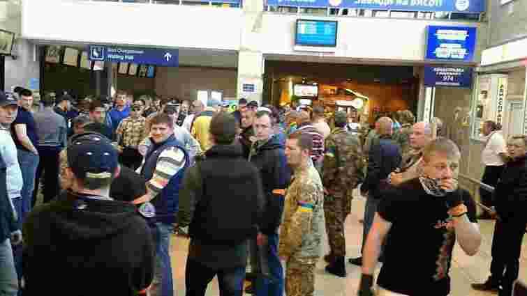 В одеському аеропорту активісти заблокували депутатів з «Опозиційного блоку»