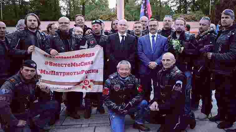 Голова чеського краю оприлюднив фото з путінським байкерами та прапором «ДНР»