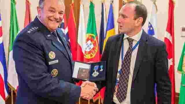 Порошенко нагородив екс-командувача НАТО в Європі орденом Ярослава Мудрого