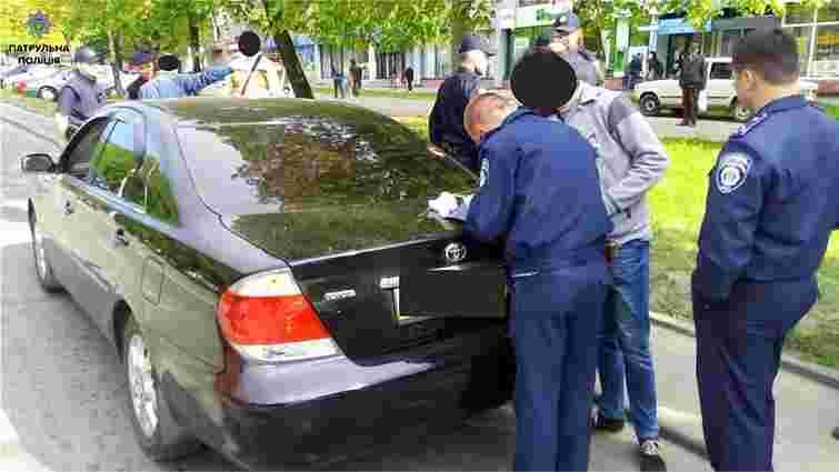 Львівські патрульні затримали п'яного водія, який втік з місця ДТП