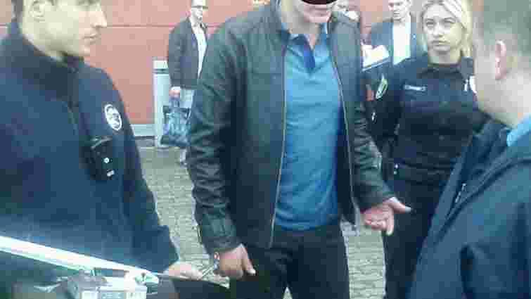 У Львові затримали викрадача номерних знаків під час передачі йому викупу