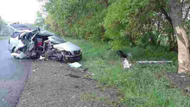 Внаслідок зіткнення автомобіля з деревом на Львівщині загинув пасажир