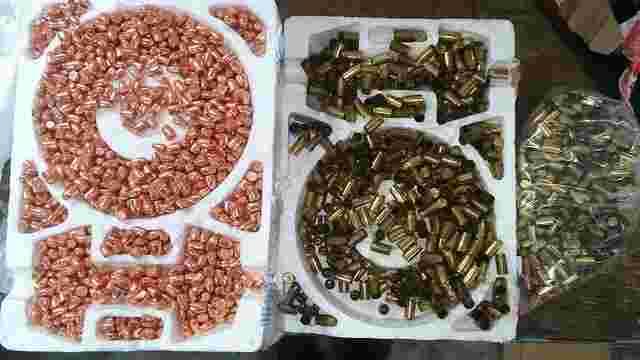 Львівські митники у поштових посилках з-за кордону виявили арсенал зброї