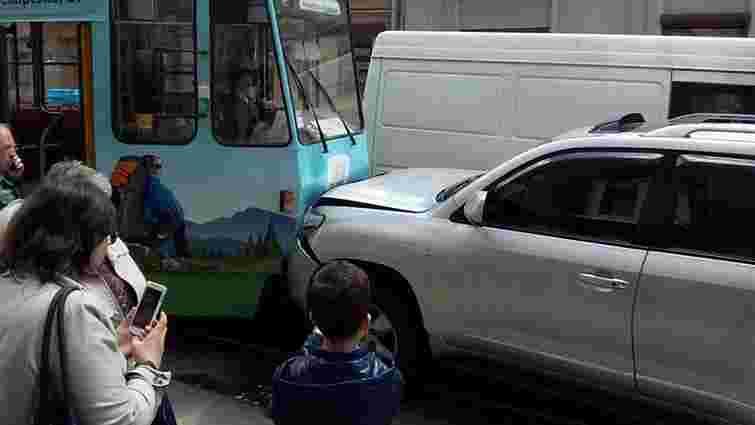 У центрі Львова Toyota Land Cruiser в'їхала у трамвай