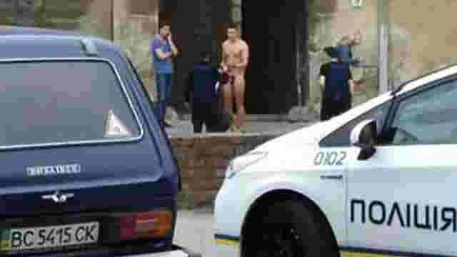 У центрі Львова патрульні затримали голого чоловіка з бейсбольною битою