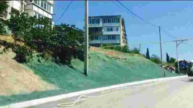 До приїзду прем'єра Росії у Севастополі намалювали траву