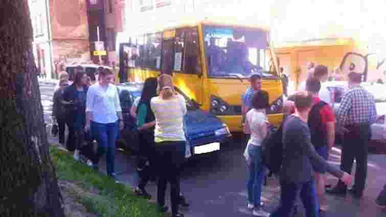 Водій маршрутки у Львові в'їхав у легковик