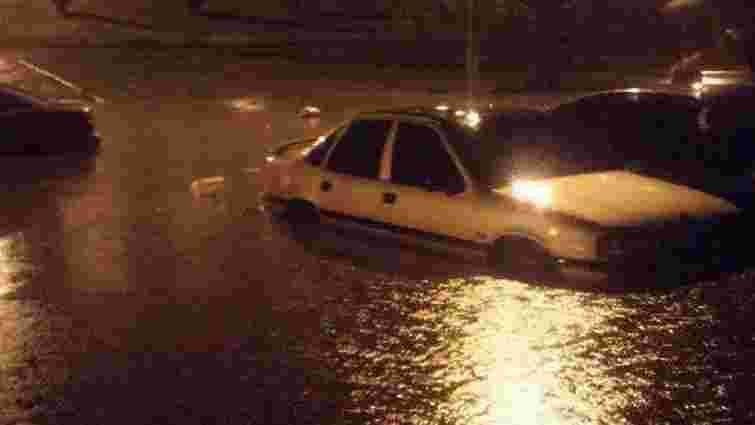 У Львові через нічну зливу затопило частину Сихова