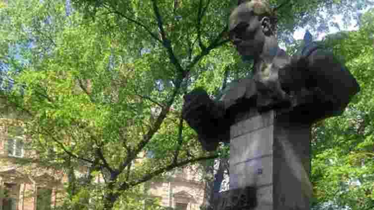 Невідомі розмалювали червоною фарбою пам'ятник Тудору у Львові