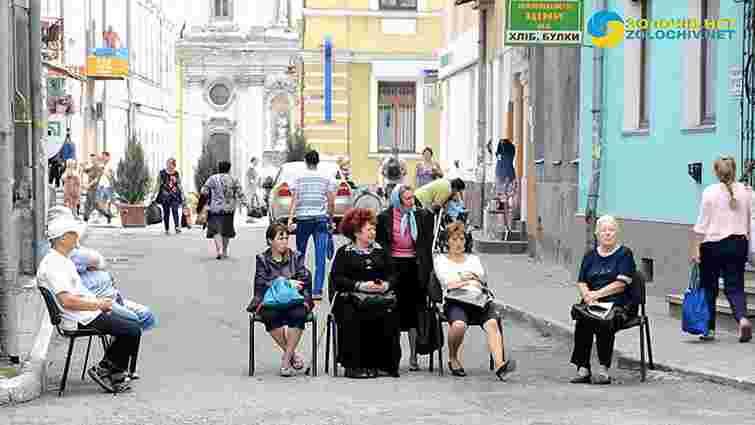 У Золочеві інваліди заблокували вулицю перед міською радою