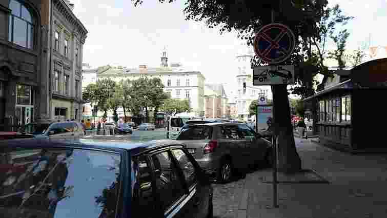 Мер Львова вимагає посилити боротьбу з порушниками правил паркування