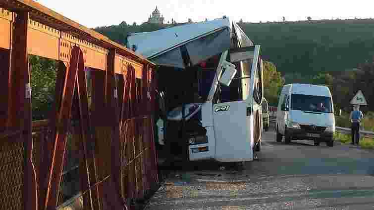 На Прикарпатті чартерний автобус врізався в опору моста: є постраждалі