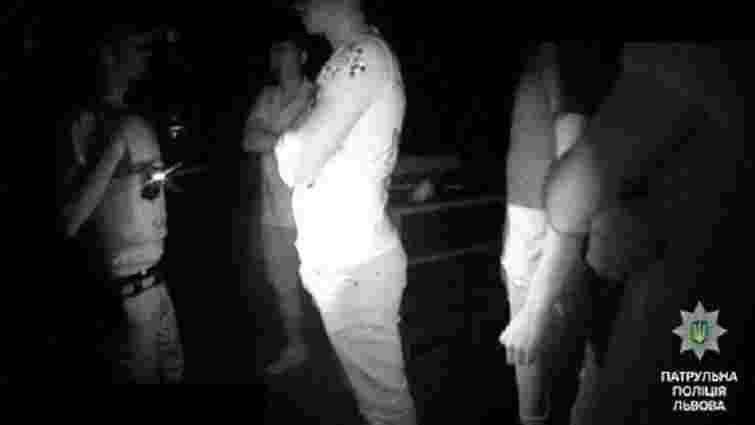 Четверо хуліганів побилися із львівськими патрульними та пошкодили їхнє авто
