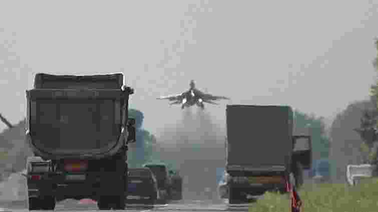На трасі Київ-Чоп приземлились кілька бойових винищувачів