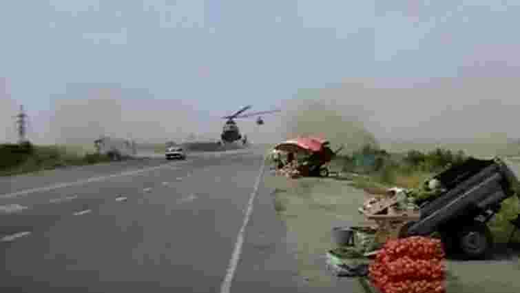 На Запоріжжі зняли відео майстерного приземлення військового вертольота на трасу