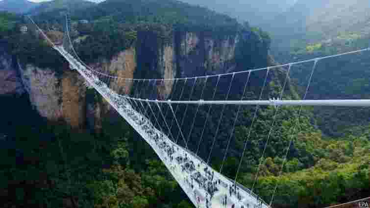 У Китаї відкрили найдовший у світі скляний міст