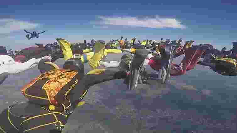 Українські парашутисти встановили новий національний рекорд на аеродромі під Харковом
