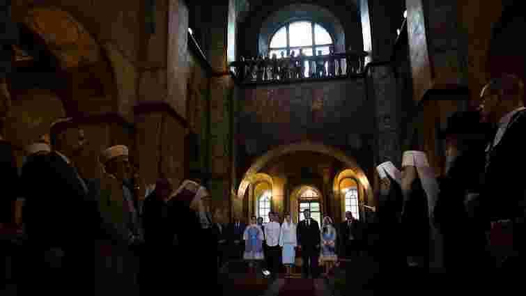 Порошенко з керівниками церков та представниками влади помолився за Україну