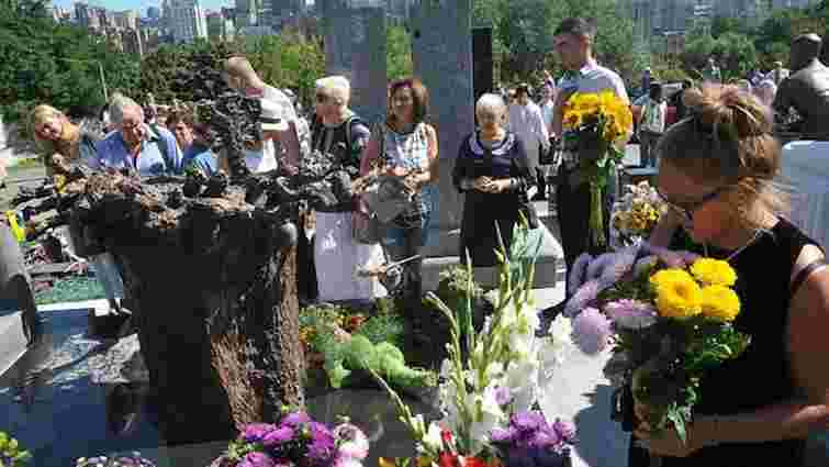 На могилі Богдана Ступки встановили пам'ятник