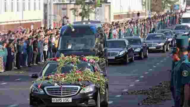 У Ташкенті тисячі жителів провели труну з тілом Іслама Карімова на літак