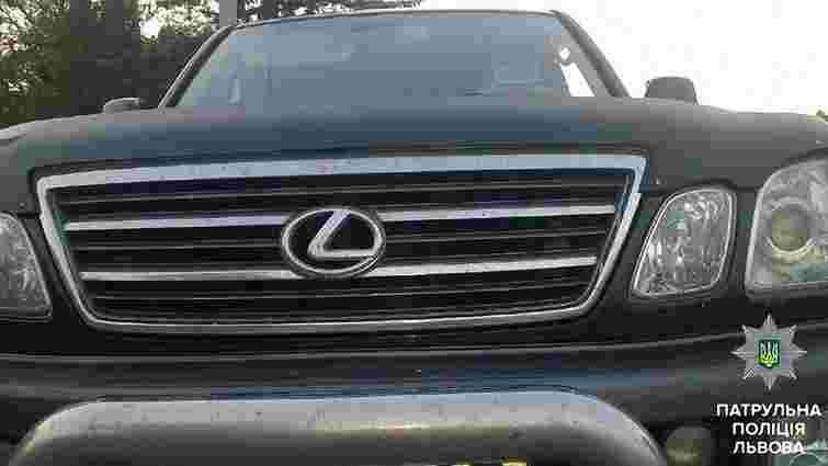Львівські патрульні зупинили Lexus з незаконними проблисковими маячками