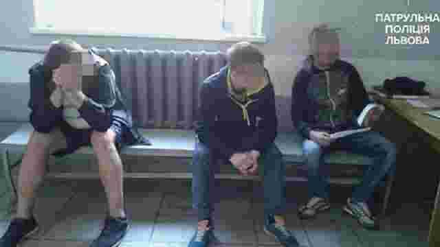 У Львові патрульна поліція оштрафувала чоловіків за куріння в громадському місці
