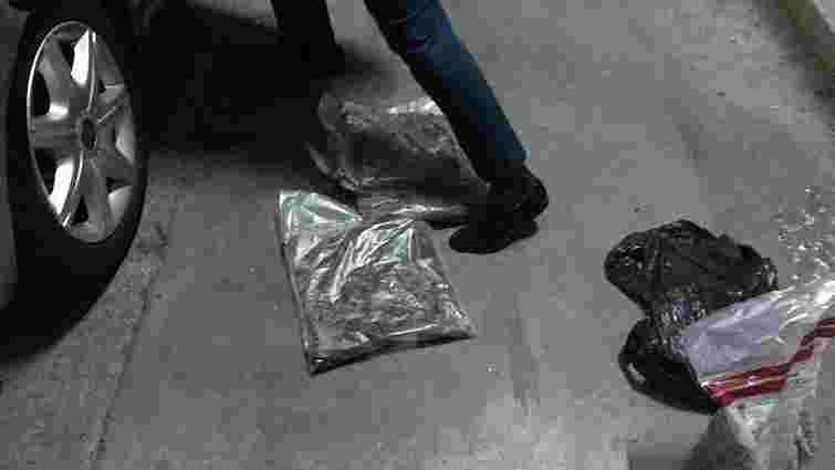 Колишнього львівського прикордонника затримали у Раві-Руській із 40 кг контрабандного бурштину