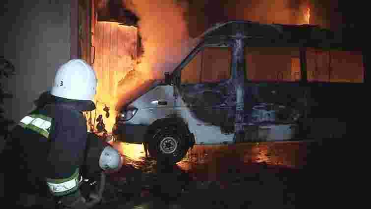 Через пожежу авто у Львові мало не зайнялися три інші машини та сусідня будівля