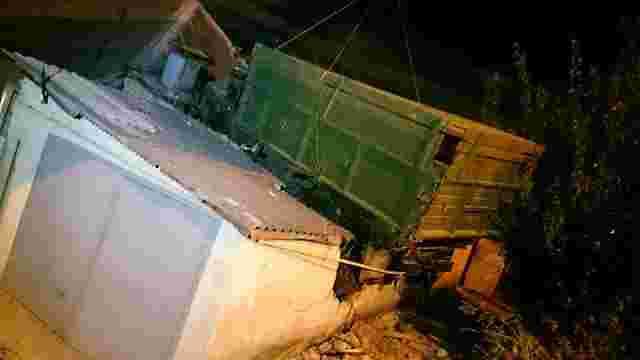 На дах житлового будинку у Харкові впала вантажівка