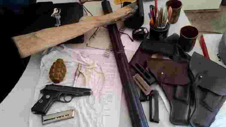 У Тернополі затримали двох торгівців зброєю