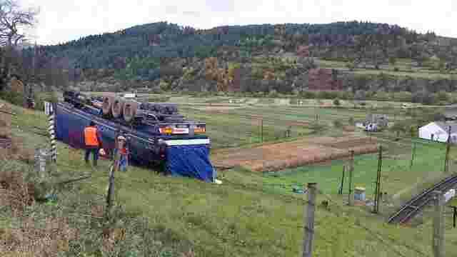 На Старосамбірщині переповнена деревиною вантажівка перекинулась у кювет