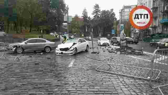У Києві Mercedes розтрощив пам'ятник герою Небесної сотні Жизневському