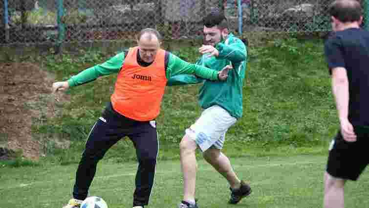 Головний тренер «Карпат» зіграв у футбол із журналістами і вболівальниками
