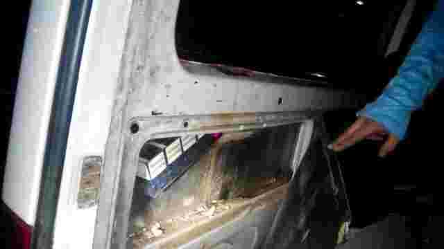На Закарпатті прикордонники затримали мікроавтобус з контрабандними сигаретами на ₴15 тис.