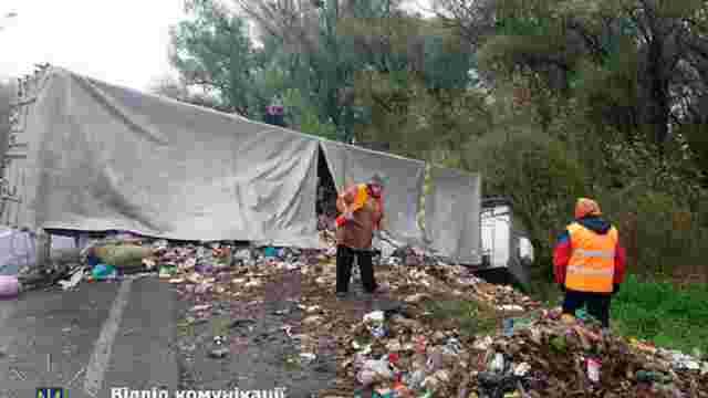 На Рівненщині перекинулась вантажівка з львівським сміттям