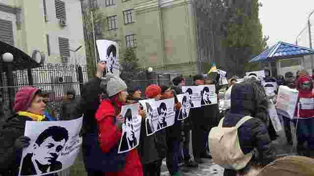 У Києві активісти пікетували посольство РФ з вимогою звільнити українських журналістів