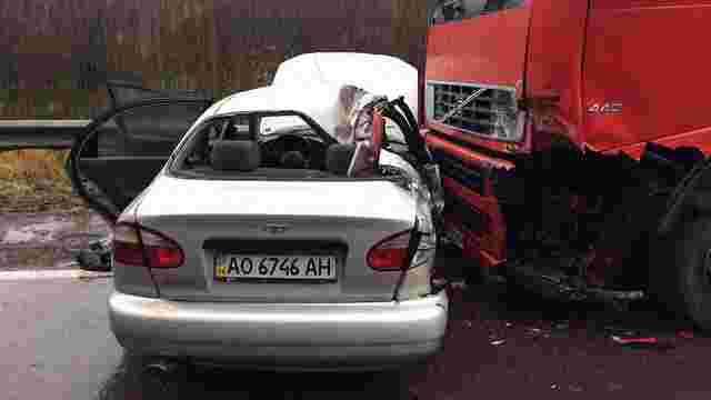 Внаслідок зіткнення легковика та вантажівки на Львівщині загинула людина, двоє травмовано