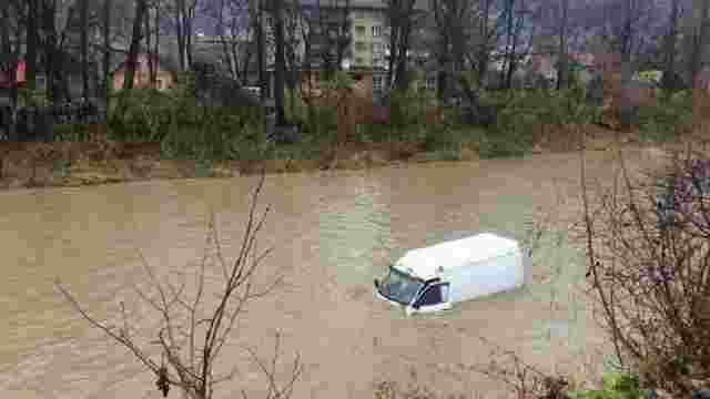 На Закарпатті автомобіль злетів з дороги у річку, водій вижив