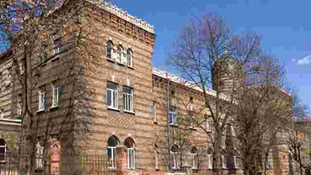 Через підозру у причетності до смерті дитини лікарю заборонили покидати Львів