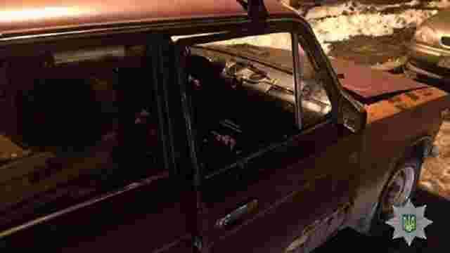 В одному районі Львова патрульні одночасно затримали двох злодіїв під час крадіжок з автомобілів