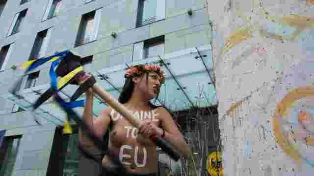 У Києві активістка Femen влаштувала оголену акцію на підтримку безвізу