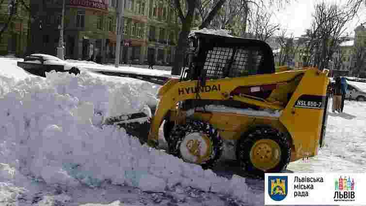Вранці вулиці Львова розчищали 57 снігоприбиральних машин