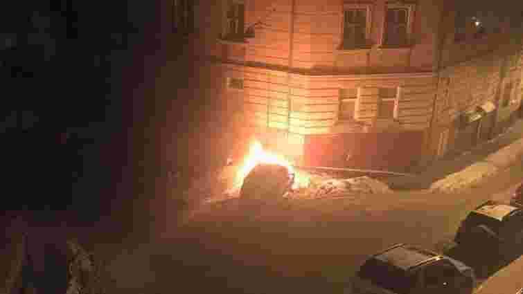 Вночі у Львові згоріли три автомобілі
