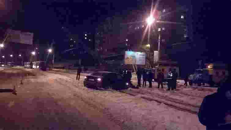 На перехресті вул. Княгині Ольги і Сахарова BMW звалив стовп трамвайної лінії