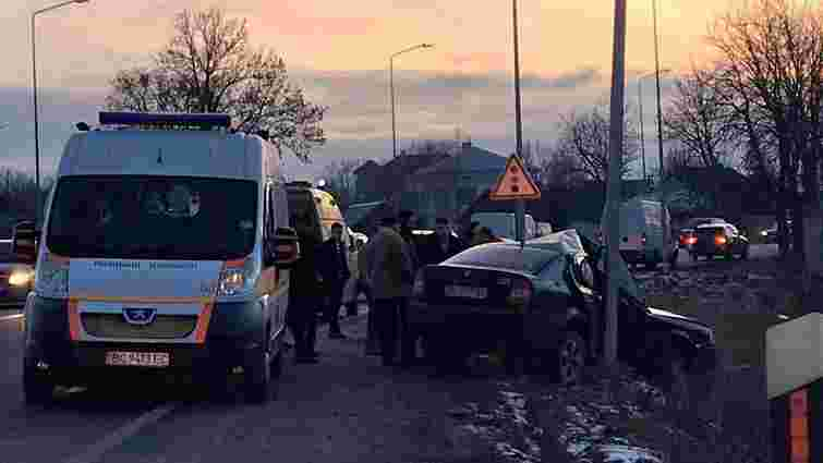 На трасі Київ-Чоп рятувальники розрізали авто, щоб витягнути пасажирку