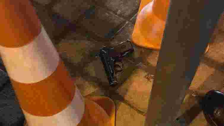 У центрі Львова патрульні затримали чоловіка, який розмахував пістолетом