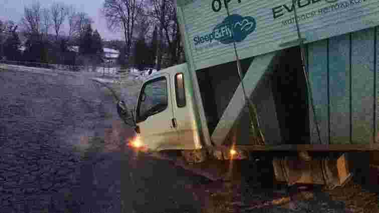У Львові під вантажівкою провалився асфальт