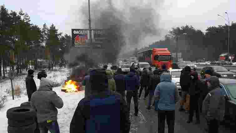 Кілька десятків активістів частково заблокували в'їзди до Києва